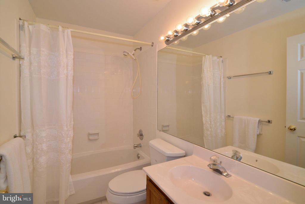 upper hallway full bath - 43854 LABURNUM SQ, ASHBURN