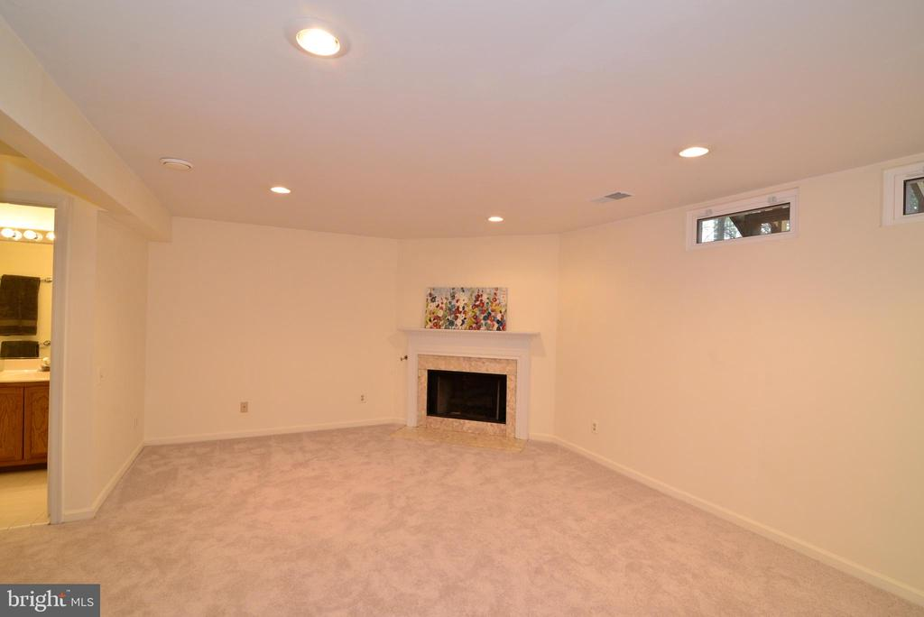 Gas Fireplace in lower level rec room - 43854 LABURNUM SQ, ASHBURN