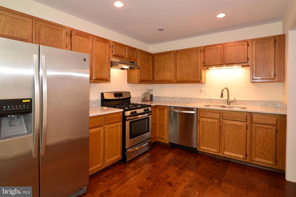 All new stainless steel appliances in kitchen - 43854 LABURNUM SQ, ASHBURN