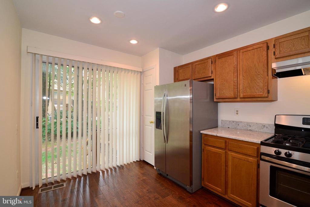 exit from kitchen to private back yard - 43854 LABURNUM SQ, ASHBURN