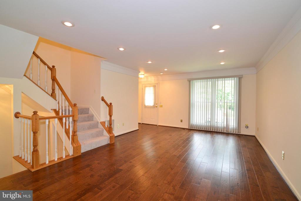 Spacious bright living room - 43854 LABURNUM SQ, ASHBURN