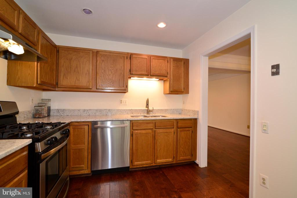 Bright eat in kitchen w/new appliances - 43854 LABURNUM SQ, ASHBURN