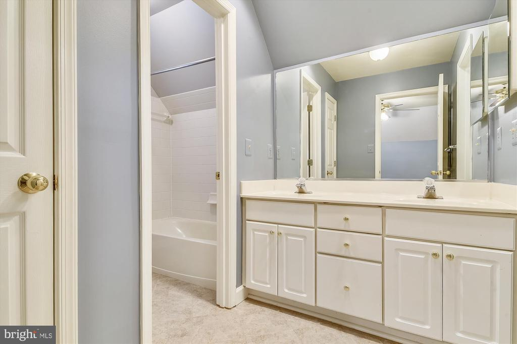 Jack and Jill Bathroom Bedrooms 2&3 - 6540 MANET CT, WOODBRIDGE