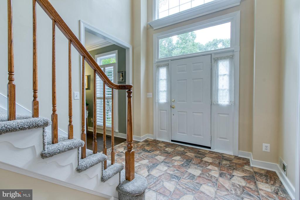 Spacious entry! - 32 MONUMENT DR, STAFFORD