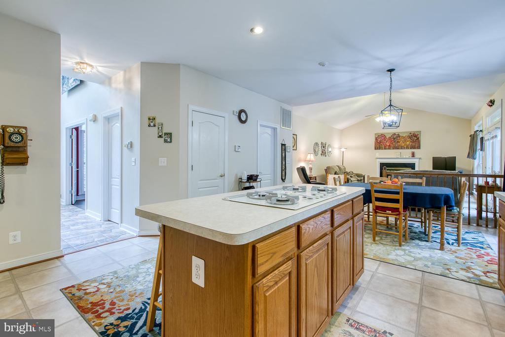 Large kitchen island w/ gas cooktop! - 32 MONUMENT DR, STAFFORD