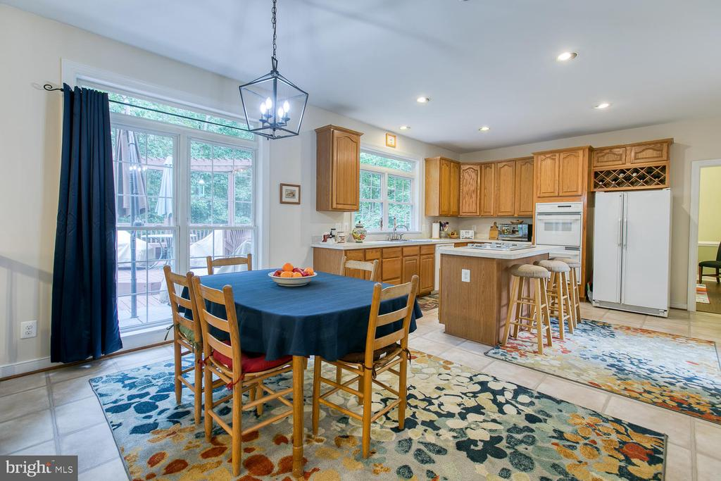 Plenty of room for everyone to eat! - 32 MONUMENT DR, STAFFORD