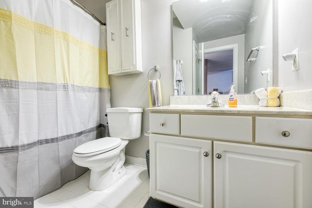 Basement in-law suite full bath - 32 MONUMENT DR, STAFFORD