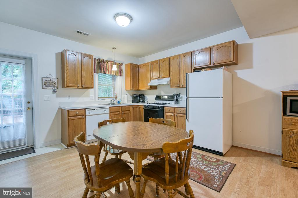 In-law suite w/ full kitchen and table space! - 32 MONUMENT DR, STAFFORD