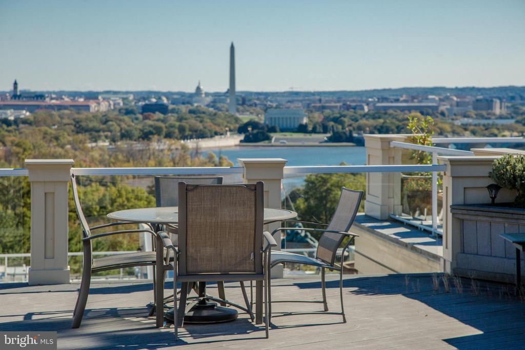 Amazing rooftop terrace w/panoramic views of D.C. - 1419 N NASH ST, ARLINGTON