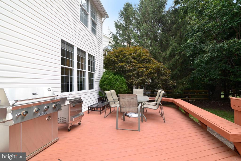 Refinished deck w surrounding seating area - 43937 FELICITY PL, ASHBURN