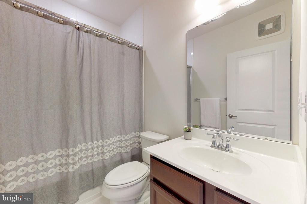 Hall bath - 42231 PIEBALD SQ, ALDIE