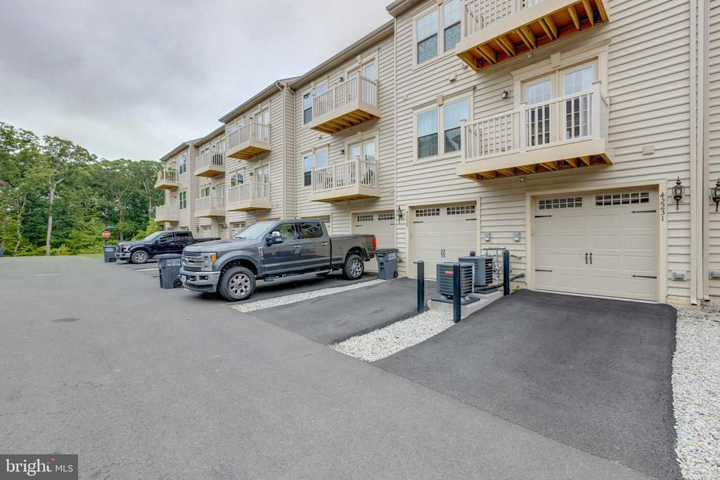 1 car garage with room for car in driveway - 42231 PIEBALD SQ, ALDIE