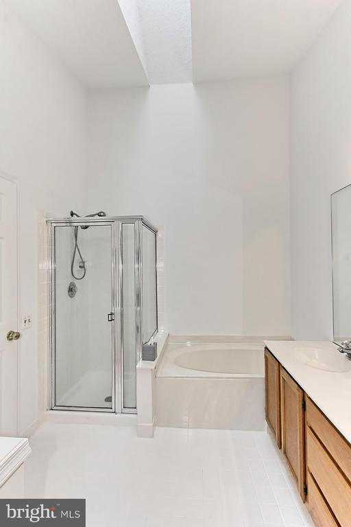 Master Bathroom with separate tub and shower - 20946 TOBACCO SQ, ASHBURN