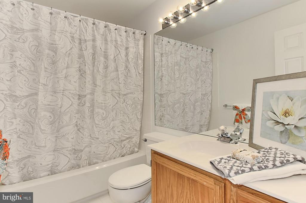 Full bath upstairs - 20946 TOBACCO SQ, ASHBURN