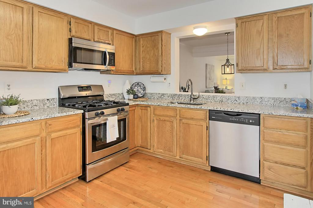Kitchen hardwood floors main level - 20946 TOBACCO SQ, ASHBURN