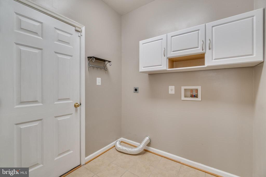 Laundry room/mud room with entrance to garage - 9341 BIRCH CLIFF DR, FREDERICKSBURG