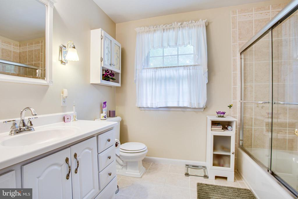 Upstairs Bathroom - 819 LEELAND RD, FREDERICKSBURG