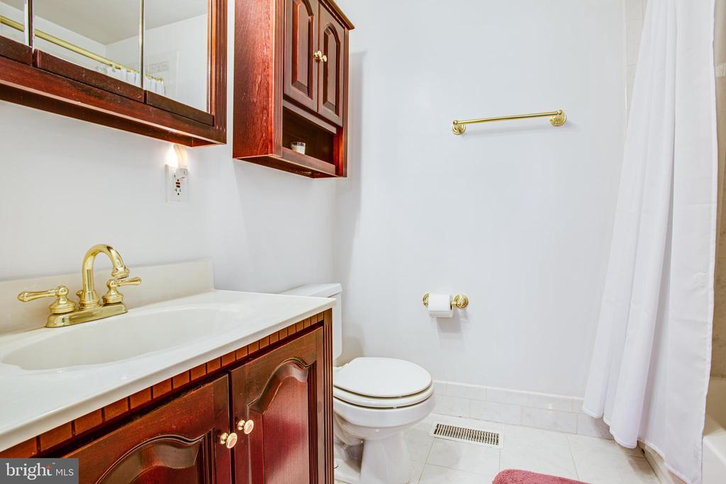 Main Level Full Bath - 819 LEELAND RD, FREDERICKSBURG