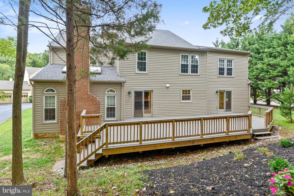 Extensive, almost new deck across the back of home - 12001 SUGARLAND VALLEY DR, HERNDON