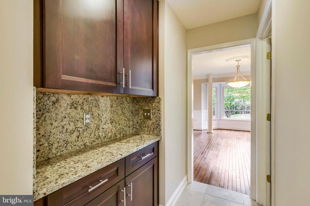 Butlers pantry between kitchen and dining room - 12001 SUGARLAND VALLEY DR, HERNDON