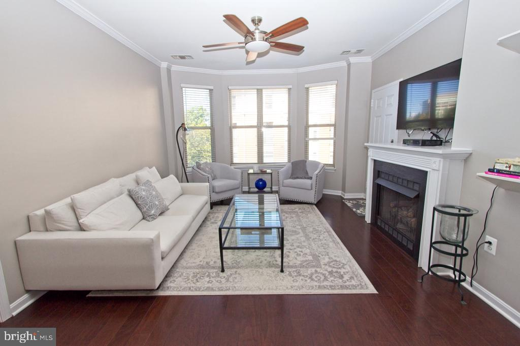 Spacious, light-filled living room with bay window - 1855 STRATFORD PARK PL #309, RESTON