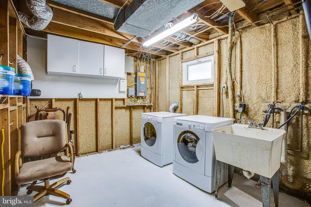 Laundry room with sink - 13812 MEADOWBROOK RD, WOODBRIDGE