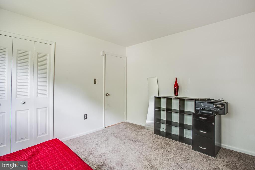 Another view of rear corner bedroom - 13812 MEADOWBROOK RD, WOODBRIDGE