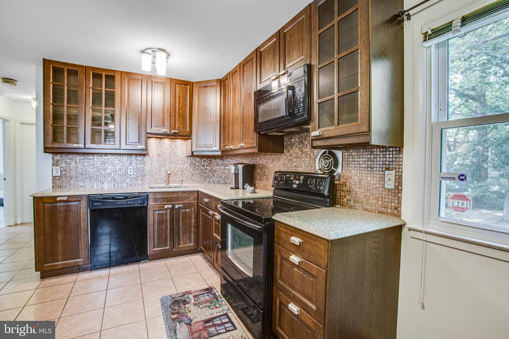 Gorgeous cabinets and pulls - 13812 MEADOWBROOK RD, WOODBRIDGE