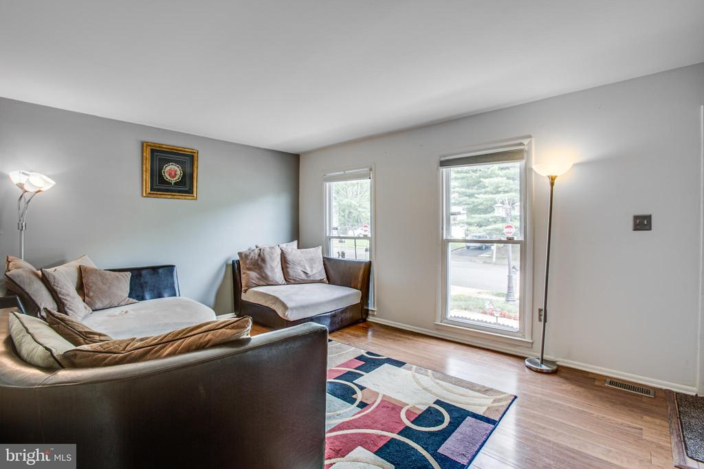 Nothing like natural light to brighten a room! - 13812 MEADOWBROOK RD, WOODBRIDGE