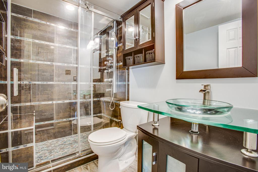 Beautifully remodeled bathroom with spa shower - 13812 MEADOWBROOK RD, WOODBRIDGE