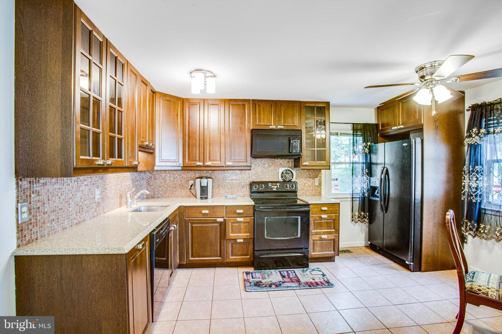 Lots of counter space and soft close cabinets - 13812 MEADOWBROOK RD, WOODBRIDGE