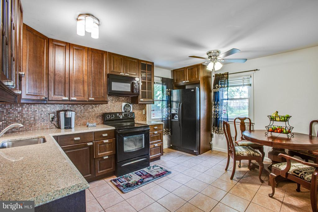 Cooking will be fun in this kitchen - 13812 MEADOWBROOK RD, WOODBRIDGE