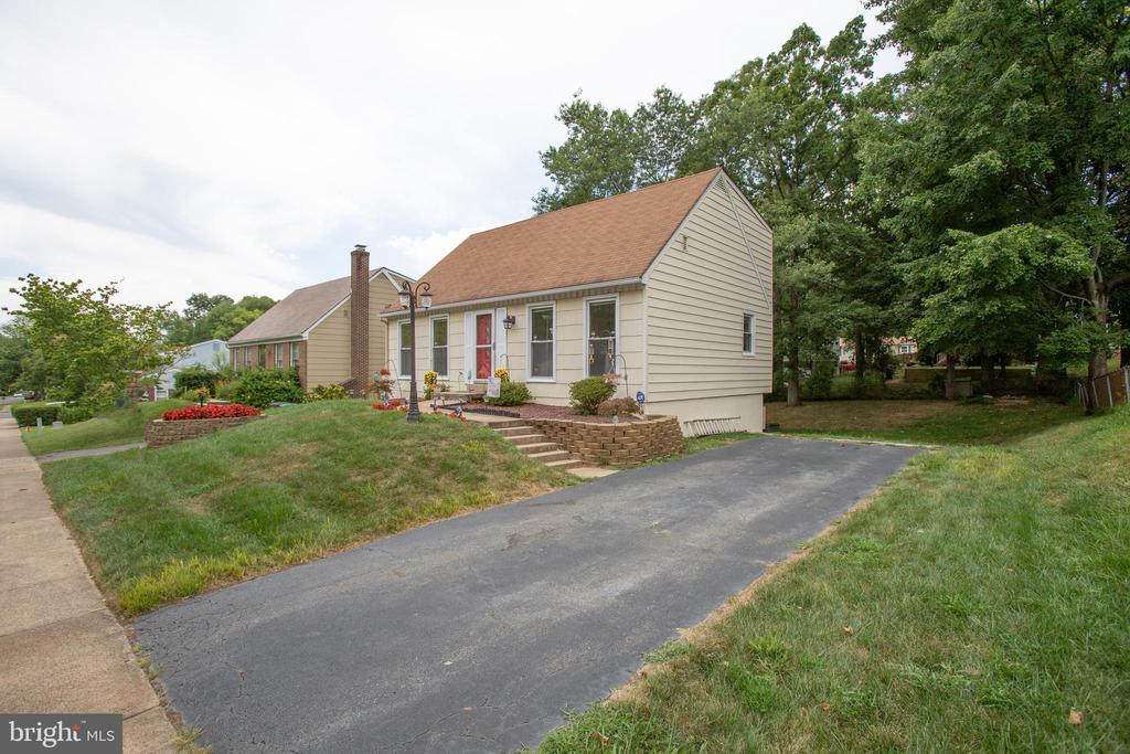 Off street parking and sidewalks - 13812 MEADOWBROOK RD, WOODBRIDGE