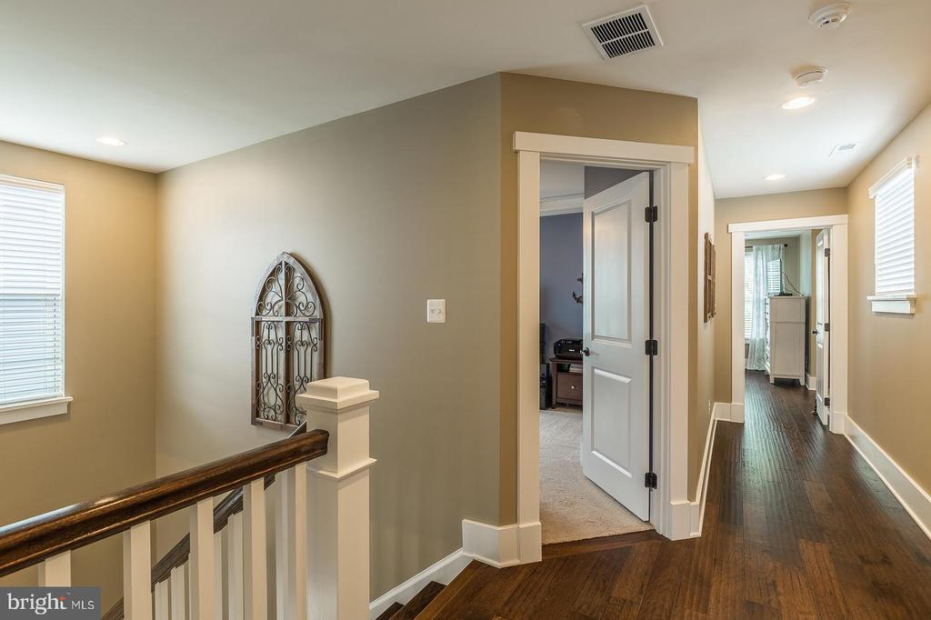 Wood floors in upper and into master bedroom - 16960 TAKEAWAY LN, DUMFRIES
