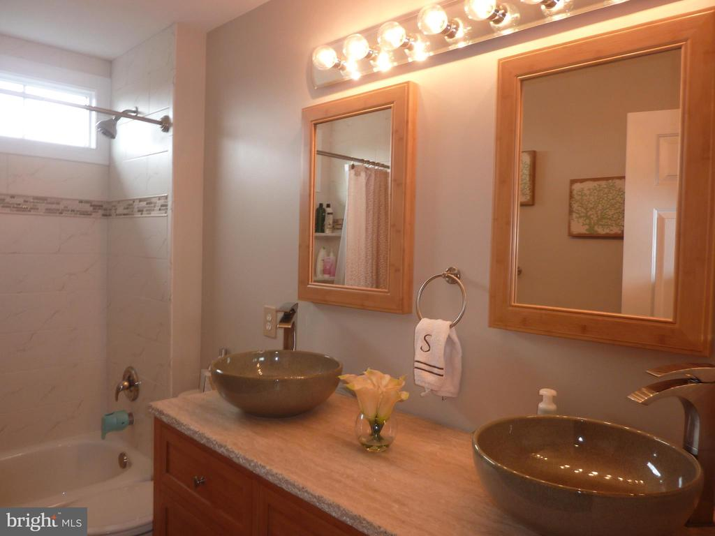 Updated Hall Bath - 5593 JARIST DR, CLIFTON