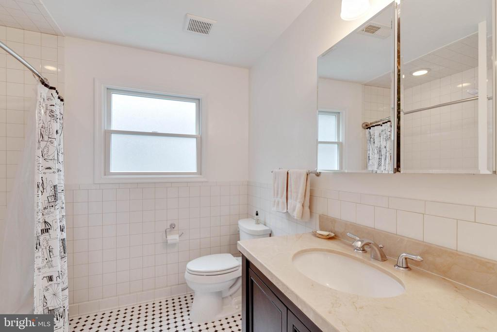 Full Bath on Main Level - 522 CALVIN LN, ROCKVILLE