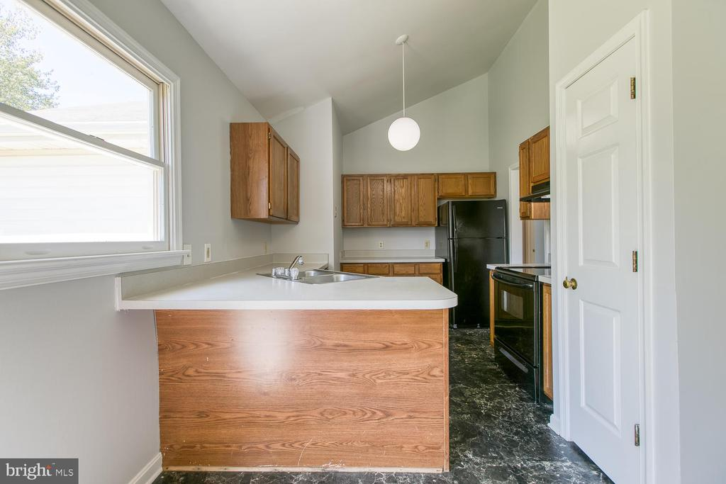 Kitchen with plenty of counter space - 11604 BEND BOW DR, FREDERICKSBURG