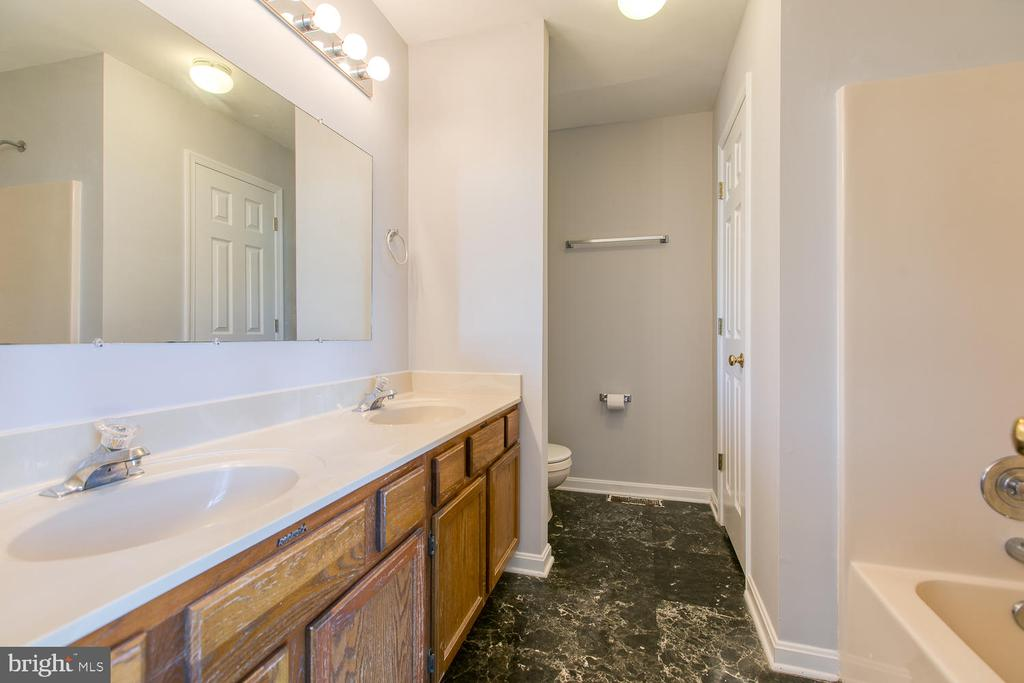 Master bath with double vanity - 11604 BEND BOW DR, FREDERICKSBURG