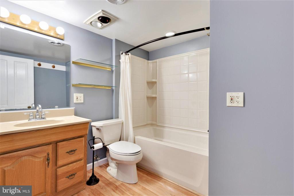 Upstairs hall bath - 2514 POFFENBERGER RD, MIDDLETOWN