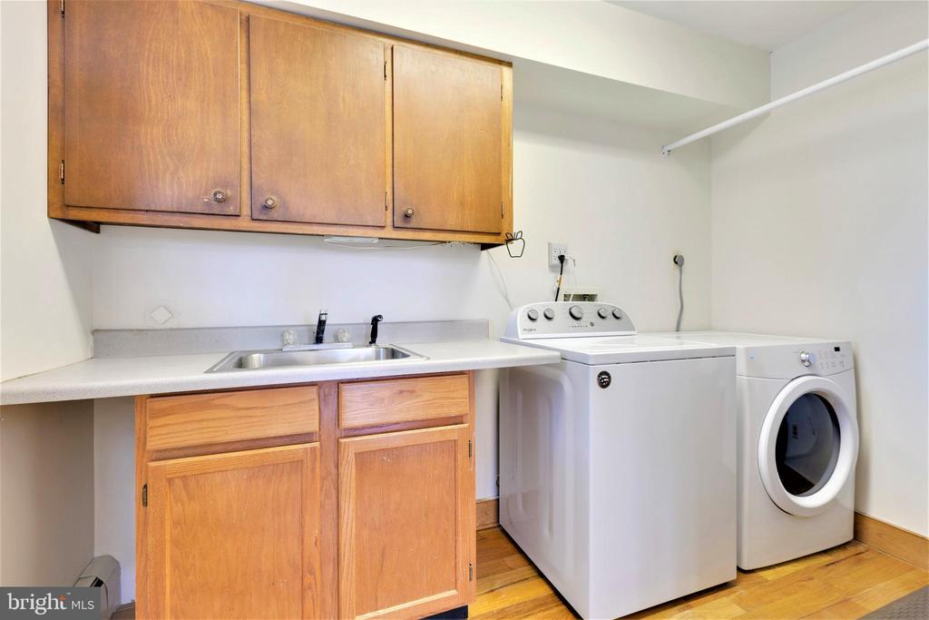 Large walk in laundry room with sink - 2514 POFFENBERGER RD, MIDDLETOWN