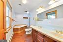 Private master bath with sunken tub - 2514 POFFENBERGER RD, MIDDLETOWN