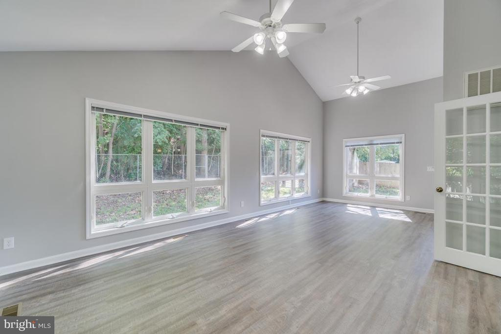 BRIGHT AND AIRY SUNROOM OVERLOOKING TREES - 3008 AQUIA DR, STAFFORD