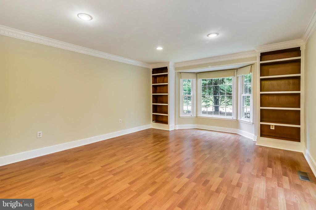Family room has box/bay window - 12001 SUGARLAND VALLEY DR, HERNDON