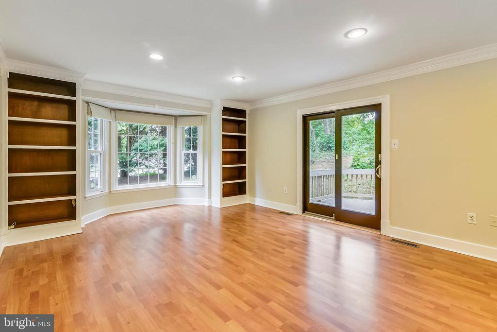 Family room with bookcases opens to deck - 12001 SUGARLAND VALLEY DR, HERNDON