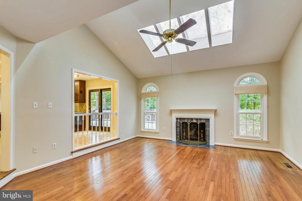 Great room is off kitchen - 12001 SUGARLAND VALLEY DR, HERNDON