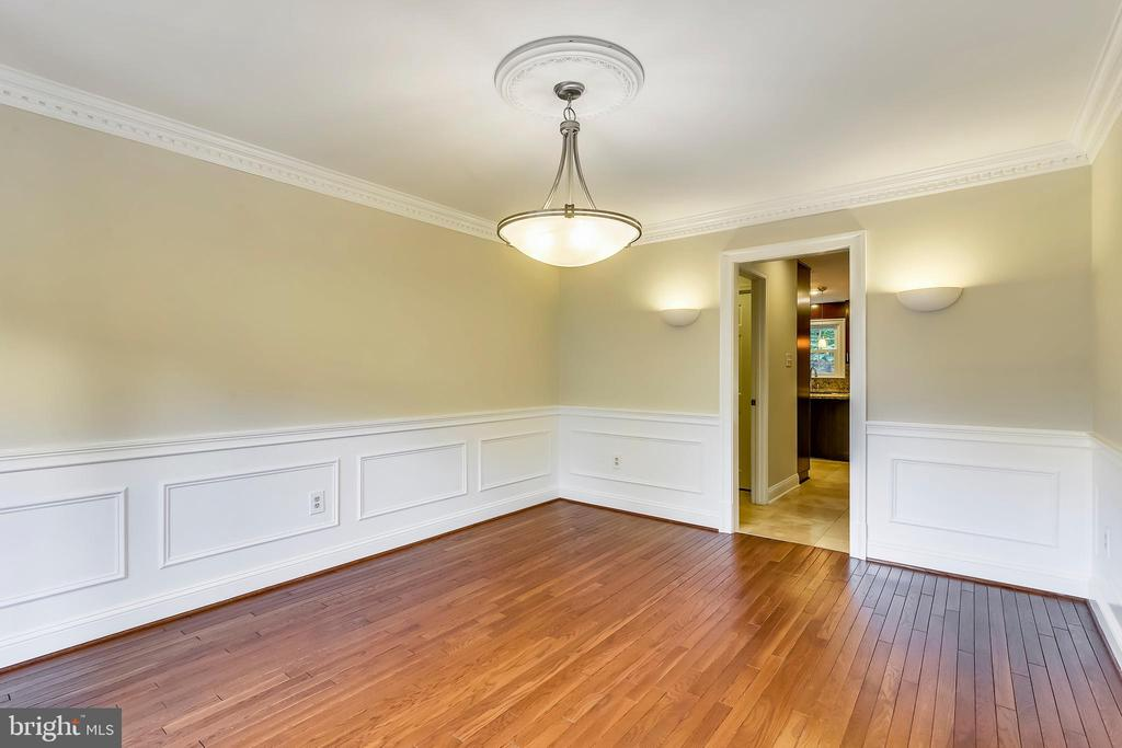 Butlers pantry is between dining room and kitchen - 12001 SUGARLAND VALLEY DR, HERNDON