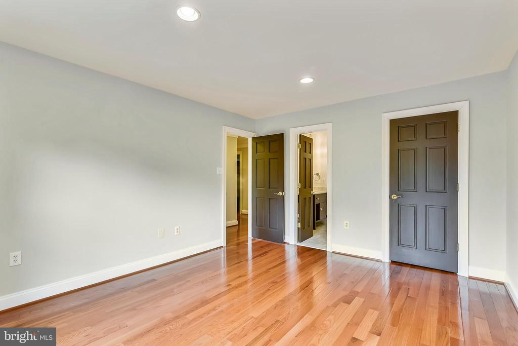 Bedroom with full bath and walk in closet - 12001 SUGARLAND VALLEY DR, HERNDON
