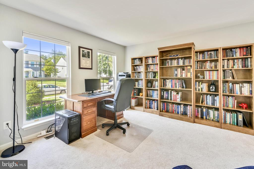 Living room with plenty of  light. - 208 GRAFTON WAY NE, LEESBURG