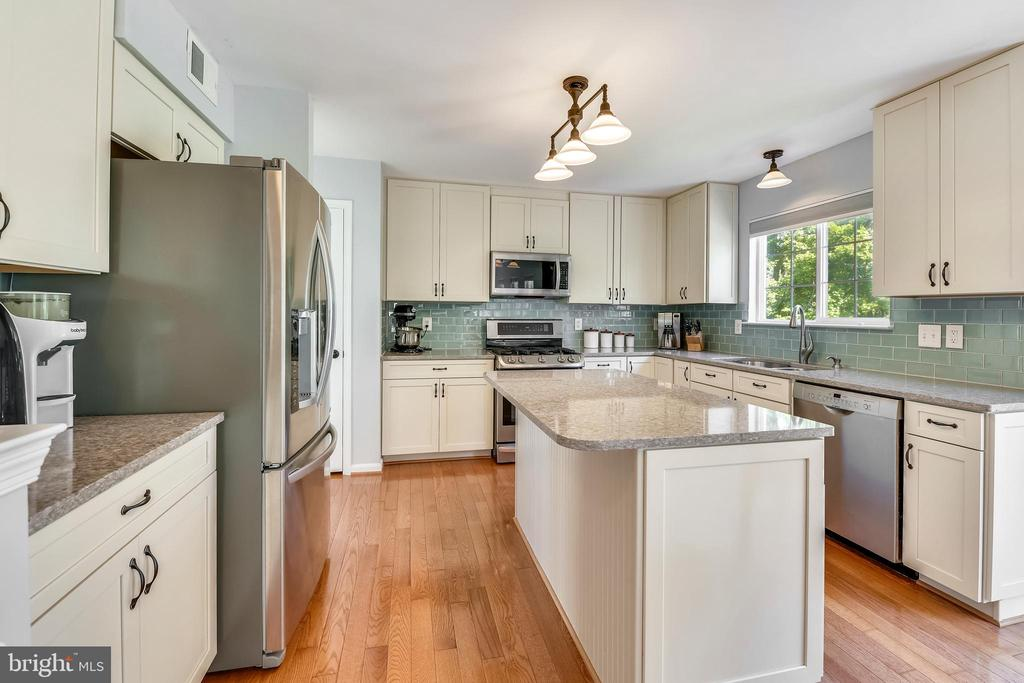 New updated kitchen with quartz counter tops - 208 GRAFTON WAY NE, LEESBURG