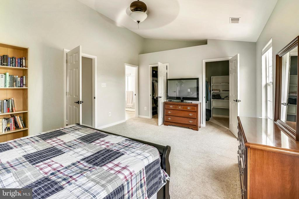 Large master suite with his and her closets. - 208 GRAFTON WAY NE, LEESBURG